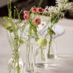 Glasvasen mit filigranen Blumen